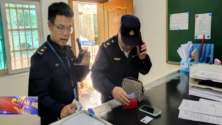 温暖2021 城管大看台 区城管局:出警路上捡钱包 队员积极寻失主